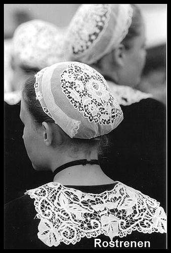 Festival de la Saint-Loup de Guingamp  Danseuse du cercle de Rostrenen.  Merci à Gildas Ricard pour cette photo. Allez voir son superbe site :  site.voila.fr/bretonnes/page1_coiffe.htm