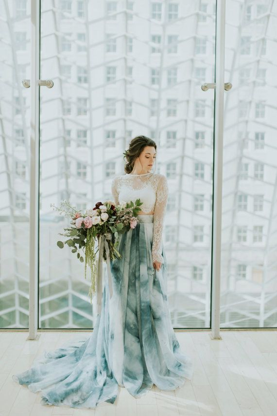 Zweiteiliges, farbiges Brautkleid von SweetCarolineStyles | Mehr zweiteilige Brautkleider auf http://www.hochzeitsplaza.de/brautkleider-trends/brautkleider-zweiteilige | #hochzeit #braut #brautkleid #zweiteilig #boho #modern #romantisch #sommer  #trend #blau #farbig #spitze