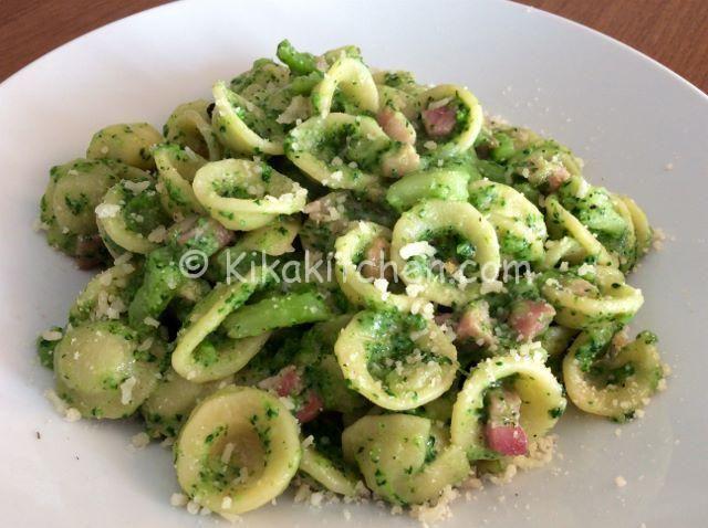 La pasta broccoli e pancetta è un primo piatto genuino e gustoso. Un'dea sfiziosa per rendere i broccoli invitanti anche per i più piccoli.