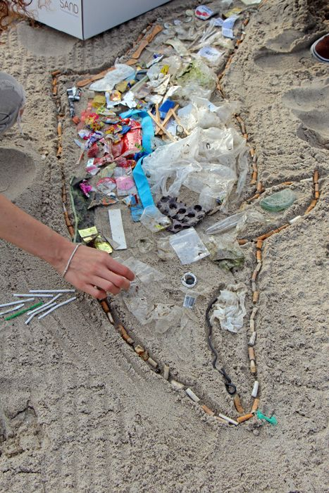 Beach Clean Up Kunstaktion am Timmendorfer Strand: Schweinswal aus Müll