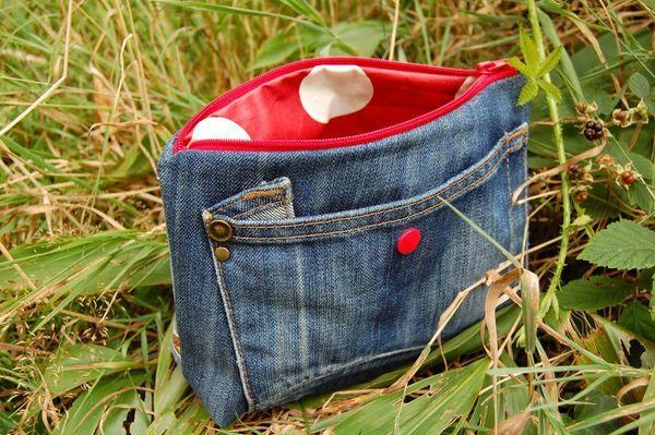 破けたり、サイズが合わなくなったジーンズ、どうしていますか?デニムが持つ独特の風合いや丈夫さは、捨てちゃうにはもったいないですよね。どうせなら、素敵にリメイクしちゃいましょう!切る・縫うなどのちょっとした作業でできるDIY実例を集めました。