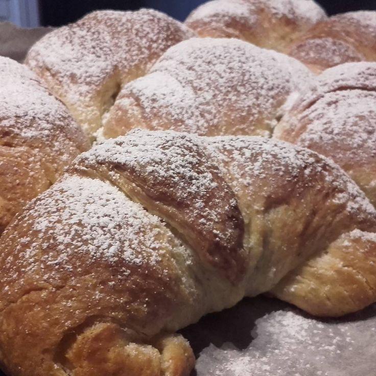 Questi croissant con lievito madre, li faccio allo stesso modo di quando li preparo con il lievito di birra, con la sola differenza delle fasi di rinfresco