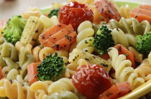 A világ legfinomabb tésztasalátája roppanós zöldségekkel | femina.hu