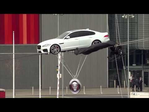 Jaguar XF Stunt Video Attraversa Tamigi sul Filo - Record del Mondo