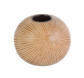 Polyresinový svícen na čajovou svíčku má kulatý tvar. Velmi kvalitně opracovaný s jemně vyrytým vzorem. Doporučujeme jako krásný dárek pro všechny. Rozměr: průměr 11 cm, výška 10 cm Barva:světle hněd