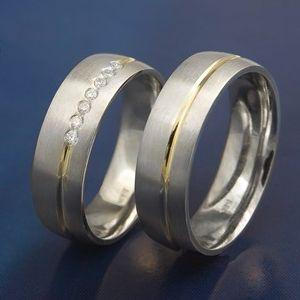 Obrączki ślubne na palcu