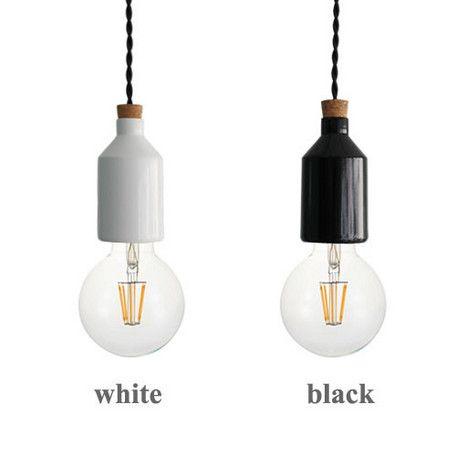 「ディクラッセの照明を、LED電球で楽しみたい」と言うご要望にお応えして、従来の商品の一部をLED電球を付属した商品として発売いたします!電球そのままの美しさを魅せるための、シンプル・デザイン。ミルク缶のようなデザインのソケットカバーには、さらに遊び心をプラス。コードの保護のためのコルクがアクセントになり、ボトルの栓のようなユニークなデザインに。ツイストコードを合わせて、レトロな雰囲気に仕上げています付属のLED電球は、今までのLED電球のイメージを払拭する、白熱球の様にシンプルでレトロな形状の「LEDフィラメント電球」です。