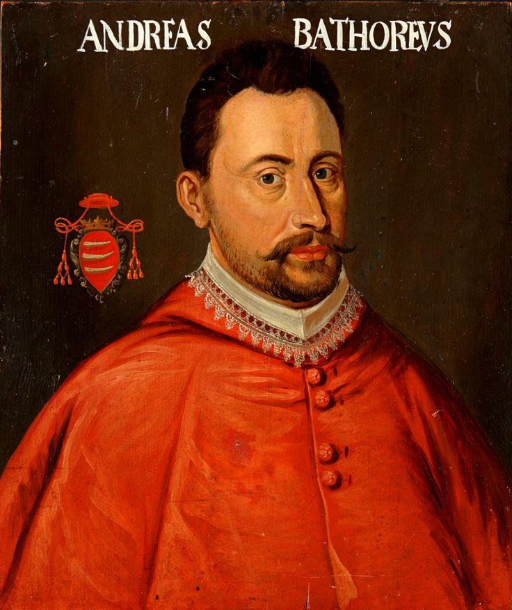 """Tagen av Karl XII i Heilsberg, Polen, vintern 1703-04. Bröstbild, fas höger. Kort, brunt hår, röd räkt med nervikt spetskantad krage. Mörk bakgrund, till vänster vapensköld under röd kardinalshatt. I skölden tre vita horn e.dyl. mot rött. Inskrift: """"ANDREAS BATHOREVS"""". På baksidan skrivet """"No 23"""" med krita. Saknar ram."""