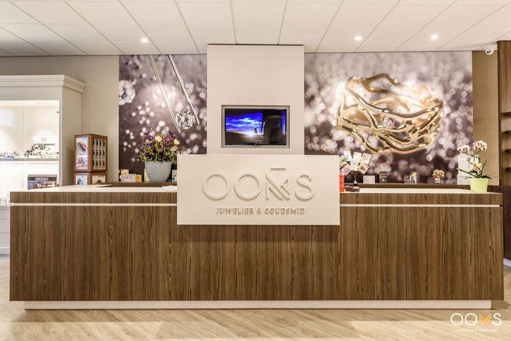Juwelier Goudsmid Ooms beschikt over een ruim assortiment bekende sieraden merken. Daarnaast zijn zij gespecialiseerd in het bedenken, ontwerpen en maken van persoonlijke trouwringen, herdenkingssieraden, vermaken van 'oud' goud en tal van andere wensen van onze klanten.