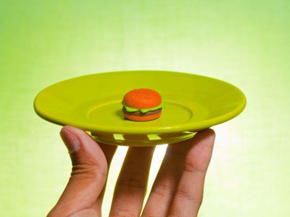 Las personas obesas o con sobrepeso deben seguir un estilo de vida saludable con una ingesta reducida en calorías. Se calculan de 1200 a 1500 diarias para mujeres, y entre 1500 y 1800 para los hombres, aunque hay que evaluar cada tipo de físico... https://www.facebook.com/comiendoyadelgazandomty