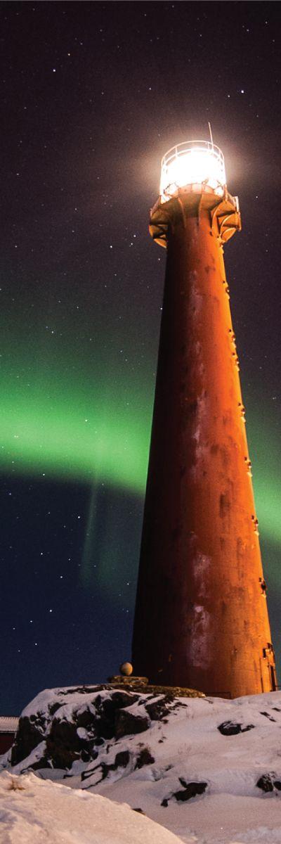 Nordlys er en spektakulær opplevelse! Gi bort en minnerik nordkyssafari i vakre Lofoten. Sammen med guider drar man ut på en to timers safari i fjorden med store ribbåter. En naturopplevelse for henne!