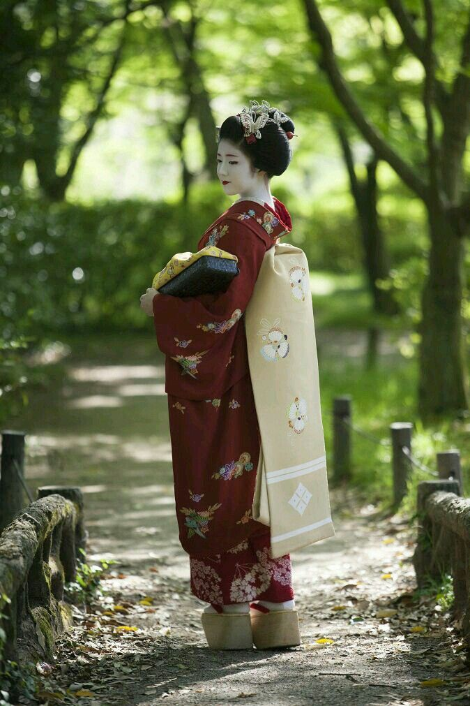 Maiko, Katsuna, in the forest of Kyoto.