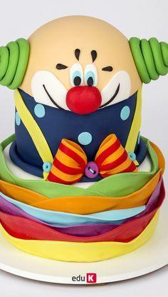 No primeiro bolo, a boleira vai te ensinar a fazer tufos de fondant (tufted billow weave), sapatinho de bebê e uma maxiflor em pastilhagem. Já o segundo, reserva um palhacinho diferente, com técnica de ondulações de fondant (waved cake) e, para encerrarmos o terceiro dia em clima ainda mais festivo, técnica de casa de abelha em fondant bordado com glacê real, com um charmoso anjo ursinho modelado, uvas e cubos com nome. Que tal ampliar seus horizontes nesse mercado de oportunidades?
