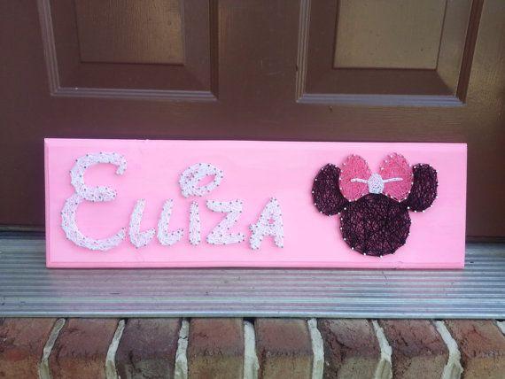 Conception de nom personnalisé avec Minnie ou Mickey Mouse à droite du nom. Chaque nom est conçu dans une police personnalisée de Disney. Veuillez préciser le nom que vous souhaitez dans la Note au vendeur.  Il sagit dune pré-commande. Articles sont 100 % fait à la main après lachat. Sil vous plaît permettre 2-3 semaines pour la création.  Chaîne art est une façon unique de présenter quelque chose que vous aimez à lintérieur de votre maison. Il fait également un grand cadeau pour les…