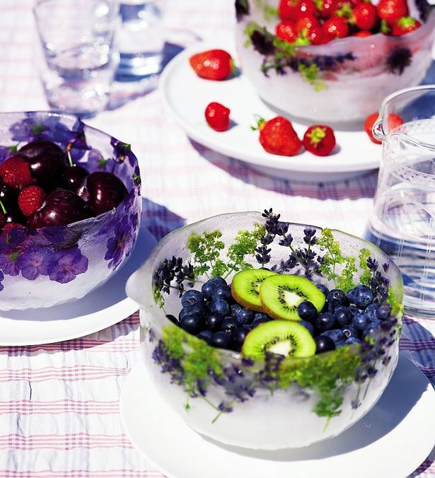 Ice bowl for your fruit with leaves from the garden frozen inside