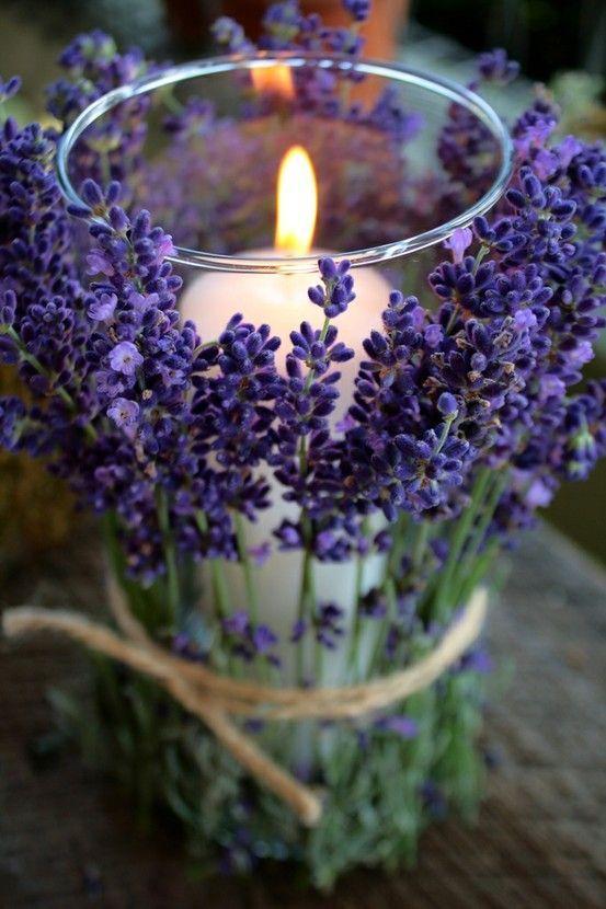 Einfaches Windlicht für den Tisch oder einen Beistelltisch. Lavender oder andere Blumen um ein schmales Windlicht binden.
