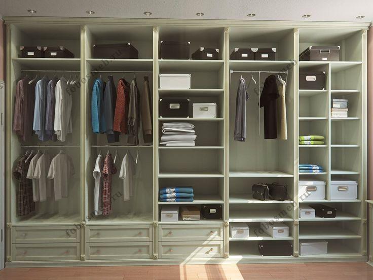 На фото: Слева от входа в гардеробную штанги и открытые полки для сумок и коробок
