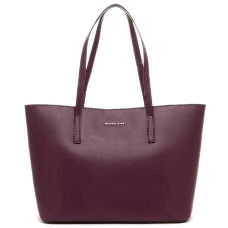 Con la sua linea capiente e l'elegantissima lavorazione della pelle, la borsa tote Emry è un accessorio elegante e indispensabile. Visita la sezione Designer!