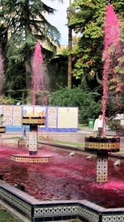 Increible!  Una fuente con vino...  Plaza Espana en Mendoza, Argentina.  (lbk)