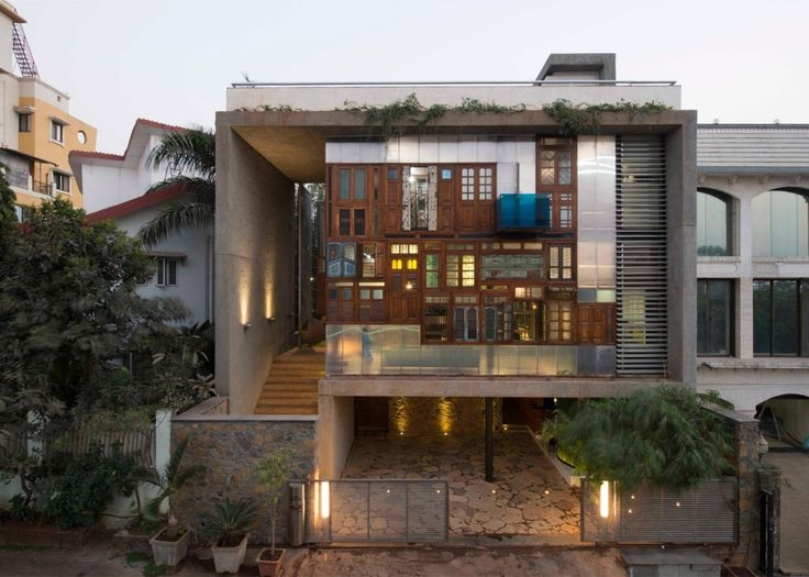 Essa casa na em Mumbai criada pelos arquitetos da SPS Architects e nomeada Collage House acomoda quatro gerações de uma mesma família. A fachada foi inspirada nas arquiteturas e ruas da cidade sempre caótica mas também sempre poética. Foto:  SPS Architects #arquitetura #casa #india #mumbia #spsarchitects by casavoguebrasil