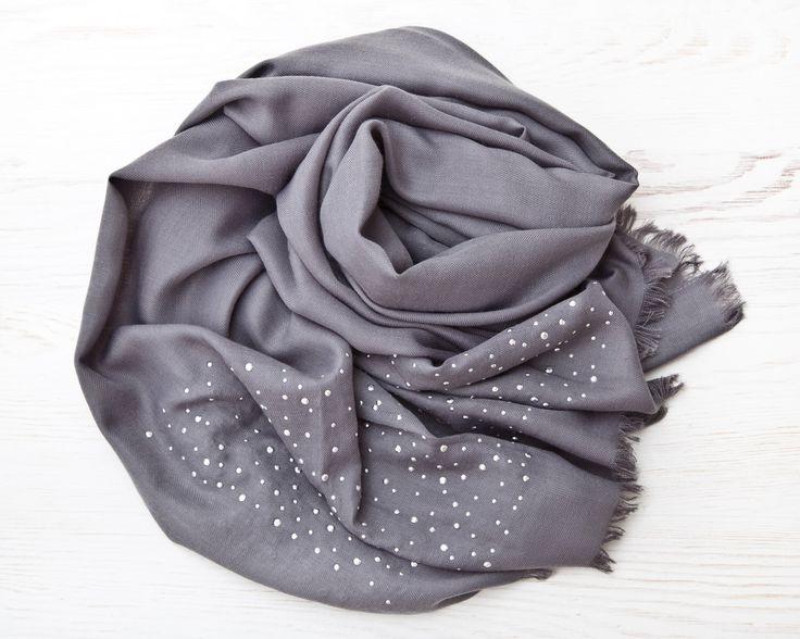Echarpe pashmina avec strass gris mode écharpe Saint Valentin cadeau femmes grande écharpe cadeau Wrap écharpe copine mères par FabricFoxClub sur Etsy https://www.etsy.com/ca-fr/listing/457475556/echarpe-pashmina-avec-strass-gris-mode