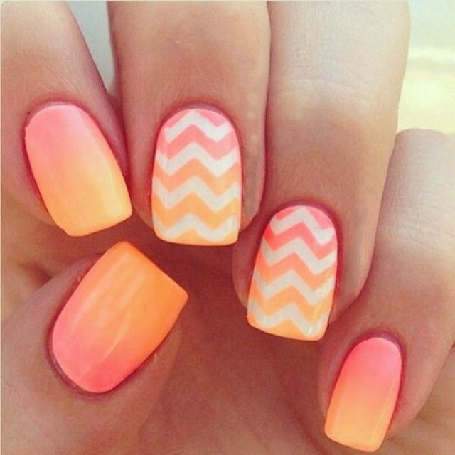 Uñas en color naranja con blanco y degradado en amarillo.