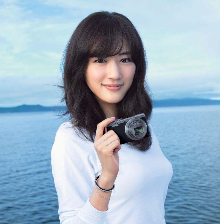 カメラ片手に微笑む綾瀬はるか。