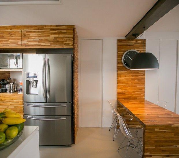 Espaços integrados dão sensação de amplitude no imóvel reformado de 180 m² em Curitiba-PR, com varanda, sala e cozinha em um só ambiente. Projeto do escritório Finestra Arquitetura. Entenda o projeto em 10 tópicos
