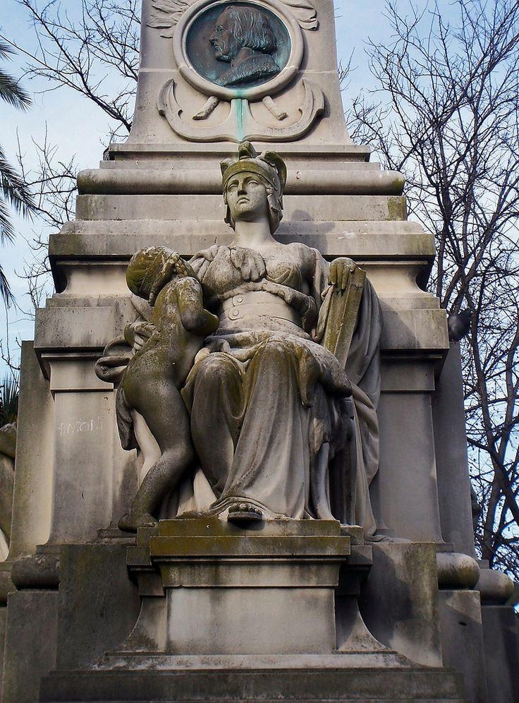 Monumento al Marqués de Comillas,Cádiz.Detalle de matrona. | Es un monumento alegórico situado en la Alameda de Apodaca en la Ciudad de Cádiz. En su base se representan dos mascarones de barco, popa y proa, sobre ellos las figuras de un león y un condor, símbolos de Europa y América.