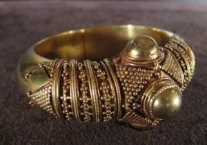 BRACELET ANCIEN EN OR ETHNIQUE- INDE      Important bracelet indien en or ethnique du XIX ème siècle. Joli travail de graineti, traditionnel des bijoux de l'Inde du sud.