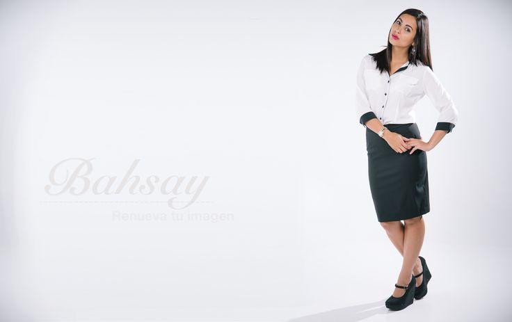 Falda recta ejecutiva negra y blusa con detalles negros mangas 3/4, con ribetes en manga y hombro en color negro