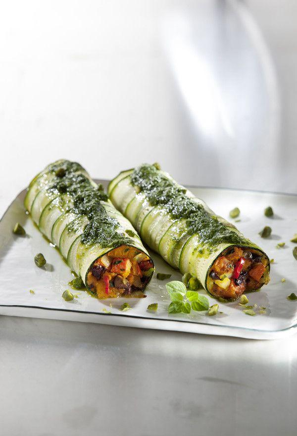 Rezept aus VEGAN FOR FIT: Zucchiniloni mit Kürbis-Oliven-Füllung-amicella