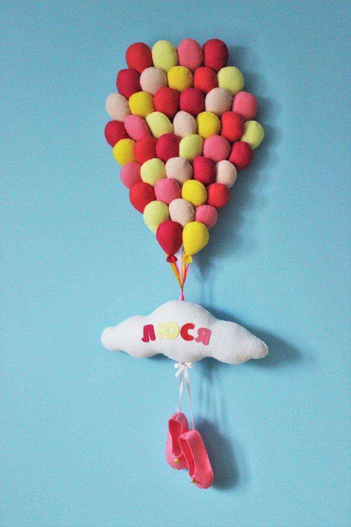 Именное воздушное панно для вашего малыша. Оно может служить украшением комнаты, табличкой на дверь детской или, если детей несколько, указывать на 'хозяина' пространства. - фетр светло-розовый, ярко-розовый, светло-желтый, ярко-желтый, коралловый, бежевый - по одному листу 20*30; - фетр белый - один лист 20*30; - синтепух; - ленты атласные 0,5мм - по 20 см цвет соответствующ…
