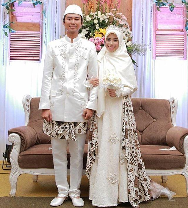 Sentuhan tradisional tetap bisa diberikan pada gaun modern kita dengan pengaplikasian aksen kain batik di pakaian mempelai wanita dan pria.  ______ Wedding gown: @rerebride