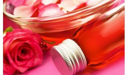 """pour faire une eau de rose """"maison"""", il vous faut une poignée  de pétales de roses.  vous faites bouillir 1/4 de litre d'eau, au moment ou l'eau bout, vous jeter le petales dedans  éteignez le feu, couvrez votre casserole, et laisser infuser durant 20mns.  passez ce temps, retirez toutes les pétales, et filtrez votre eau, à l'aide d'un filtre à café, qui retirera tout.  mettez ensuite votre """"eau de rose"""" dans une jolie bouteille avec un bouchon qui se visse.  se conserver env 6 mois."""