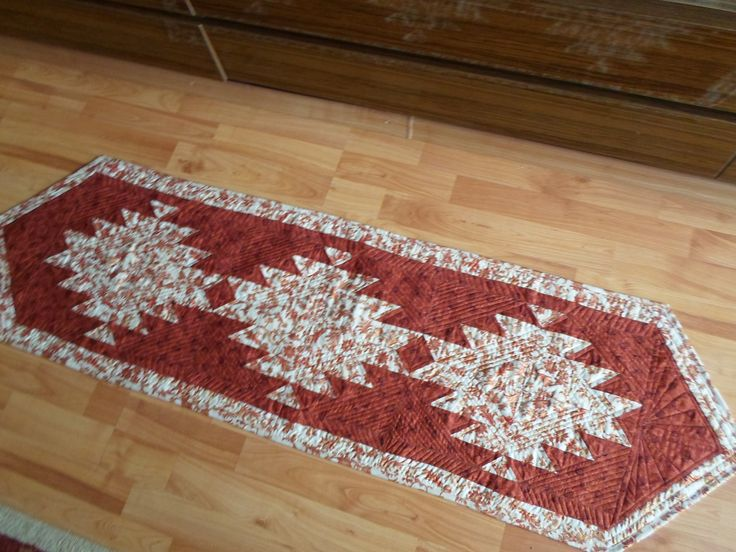 Štóla na stôl  rozmery  153 x 48 cm vlastnoručne zhotovená  z bavlny, vložka je ronolín a spodná vrstva je tiež bavlna, Štólu  tvoria 3 bloky vzor vytvorený z 2 farieb a krásny vzhľad dotvára quil