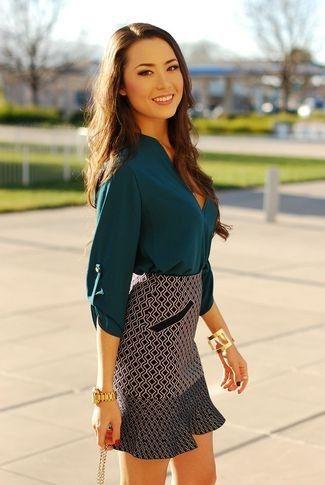 camisa-verde-azulado-minifalda-negra-y-blanca-pulsera-dorada-reloj-dorado-large-