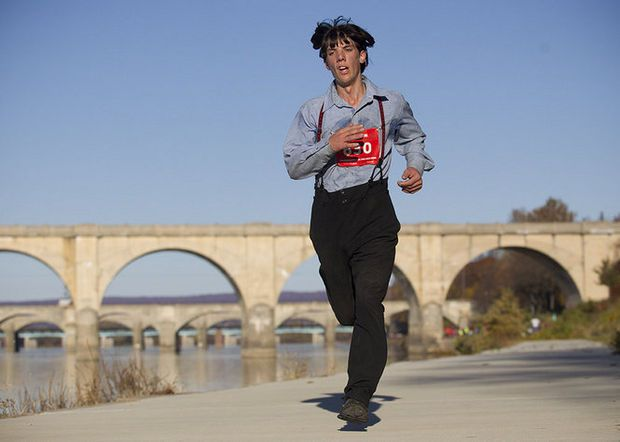 Amish man runs 3:05 marathon in full Amish garb.