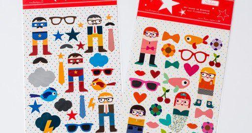 2 A4 stickervellen met in totaal 55 super leuke stickers! 1vel met das, bril, snor, Superzéro, sterren, wolken, vogels,... 1 vel met strikje, kers, hartje, bri
