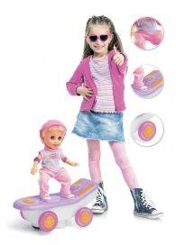 Кукла-скейтбордистка «МОЛЛИ» АРТИКУЛ: DE 0164 Кто сказал, что девочки должны играть только с куклами, а мальчики — с машинками? Ведь и тем, и другим иногда так хочется поменяться игрушками! Кукла-скейтбордистка «МОЛЛИ» – это чудесное сочетание машинки и модной куклы.  • 2 маленьких колесика, расположенных между основными колесами скейтборда, приводят его в движение. • Во время движения звучит веселая музыка. • В набор входит кукла, скейтборд и шлем.  Работает от 4 батареек типа АА (не входят…