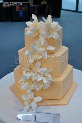 http://www.lemienozze.it/gallerie/torte-nuziali-foto/img21609.html  Delicata torta nuziale con applicazioni di fiori bianchi