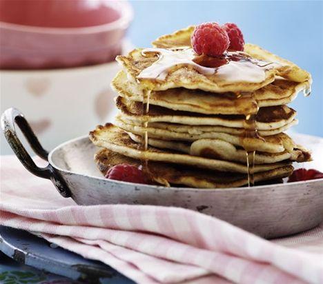 Små tykke brunchpandekager med hindbær