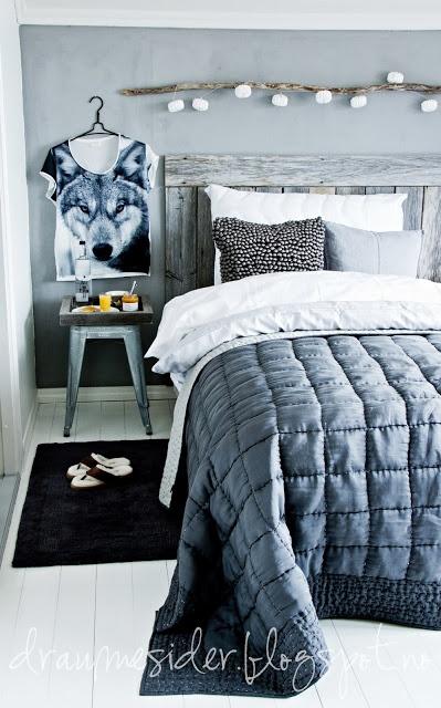 Stock mit Lichterkette über dem Bett