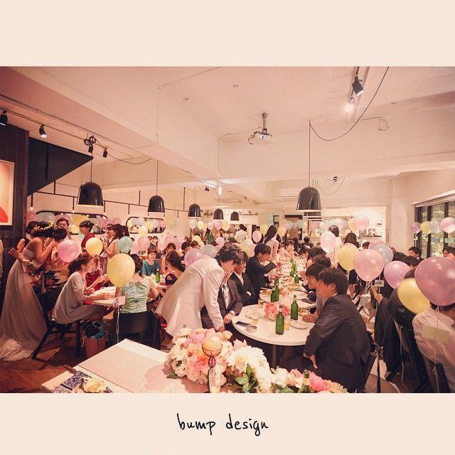 #席札  パーティー会場には席札が必ずあります。  でも それが風船なんてのは初めて!  かわいい〜  そして 写真的にも色とりどりで助かる!笑 ほんとに素敵な空間、写真的にもありがとうございますっ  風船席札、いいな^ ^  #結婚写真 #花嫁 #プレ花嫁 #結婚 #結婚式 #結婚準備 #婚約 #カメラマン #プロポーズ #前撮り #エンゲージ #写真家 #ブライダル #ゼクシィ #ブーケ #和装 #ウェディングドレス #ウェディングフォト #七五三 #お宮参り #記念写真  #ウェディング #IGersJP  #weddingphoto #bumpdesign #バンプデザイン
