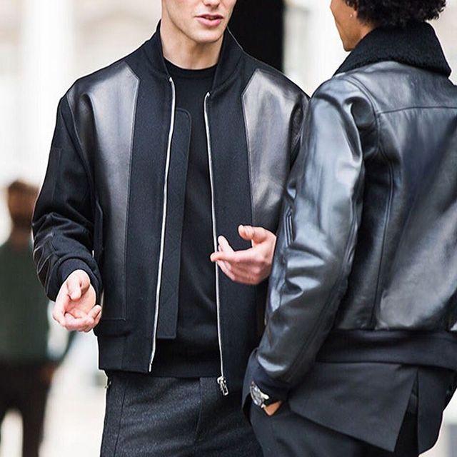 Bomber Jacket e magari in similpelle? Ecco la migliore giacca per la mezza stagione per la moda maschile. Ma sai come indossarla?   #bomberjacket #bomber #totalblack #black #man #men #style #streetstyle