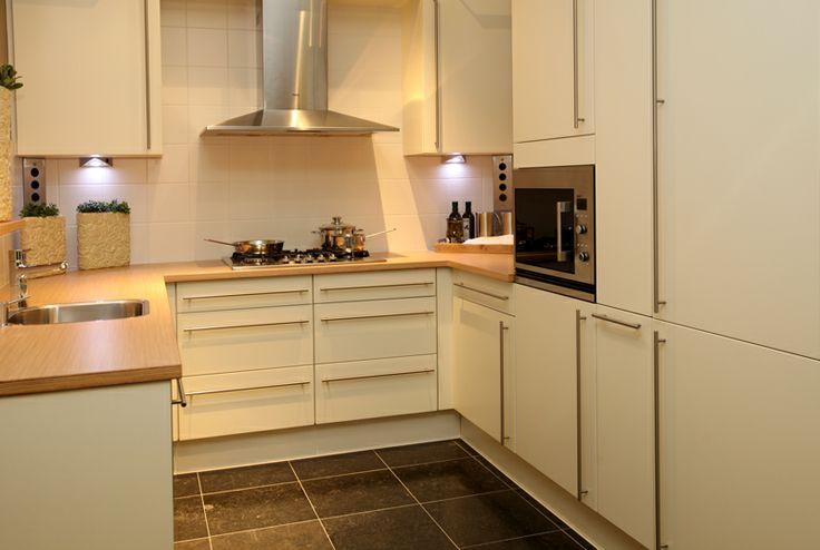 Keuken in u-opstelling bij Van Wanrooij in Tiel: http://vanwanrooijtiel.nl/inspiratie/keuken-ideeen/indeling-keuken/u-keuken/