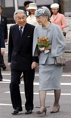 Japan's Emperor Akihito (L) and Empress Michiko, Tokyo's Haneda Airport May 16, 2012.