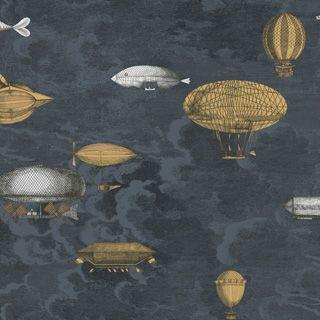 Papel de Cole&Son Fornasetti II Macchine Volanti. Estas maravillosas máquinas voladoras colgadas entre las nubes evocando el nuevo mundo romántico de la exploración científica