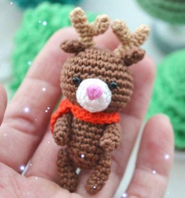 Adorable miniature amigurumi Rudolph reindeer (free crochet pattern) // Miniatűr rénszarvas Rudolf amigurumi figura (ingyenes horgolásminta) // Mindy - craft tutorial collection // #crafts #DIY #craftTutorial #tutorial #SantaCrafts #Santa #ChristmasCrafts