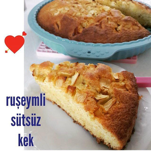 Ruşeymli sütsüz kek yaptım üstünde elmalar ile Peri'ye. Videosu da yakında:)) Çok pratik ve katkısız bi kek  karışımı yapmışız aferin bize:)) #MakarnaLütfenMutfağı #pratiktarifler #sağlıklıyaşam